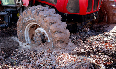 Schlupf Traktorreifen im Wald