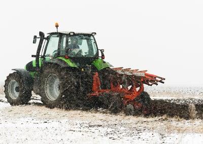Traktor Schlupf im Schnee