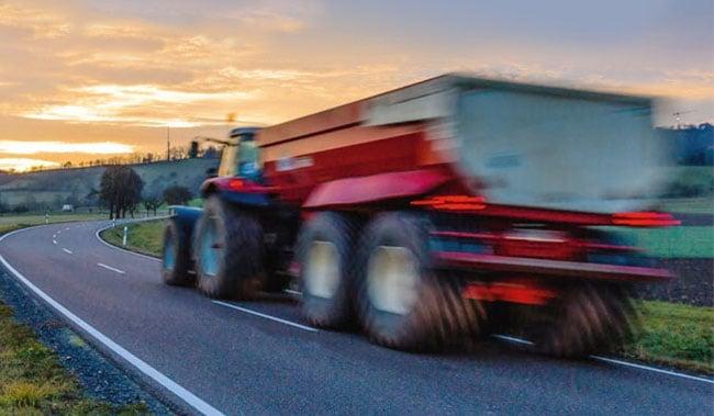 Schneller Traktor auf einer Straße