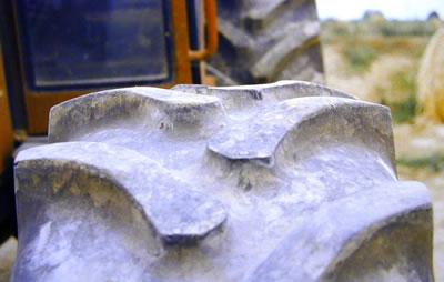 Verschleiß bei einem Traktorreifen wegen zu hohem Reifendruck