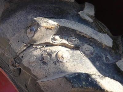 Reifen, der mit Schrauben repariert wurde