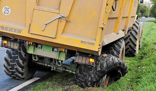 Reifenplatzer an einem Agraranhänger