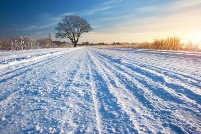 Verschneite Straße Traktorschlupf
